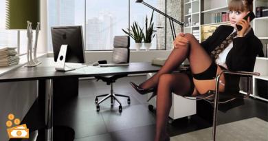 segretaria sexy che parla al telefono seduta alla scrivania con gamba accavallata e calze autoreggenti
