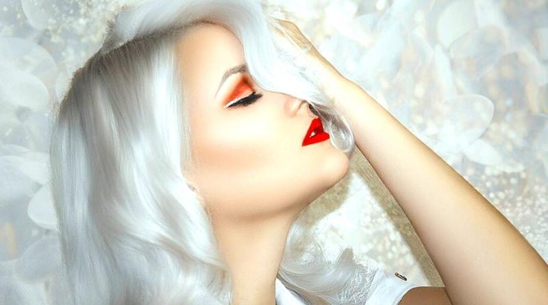 profilo di donna con capelli argento