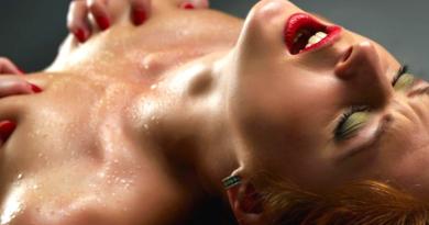 donna che gode con mani sul seno