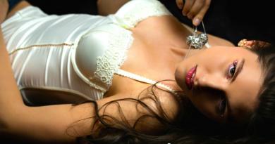 donna bruna sdraiata con lingerie bianca