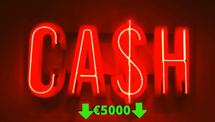 scritta rossa su fondo rosso scuro Cash e scritta verdr più piccola €5000