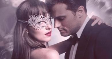 coppia elegante con mascherina sul volta della donna