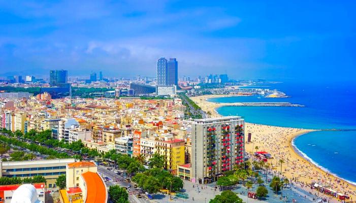 visuale aerea della città che si affaccia sulla spiaggia di Barcellona