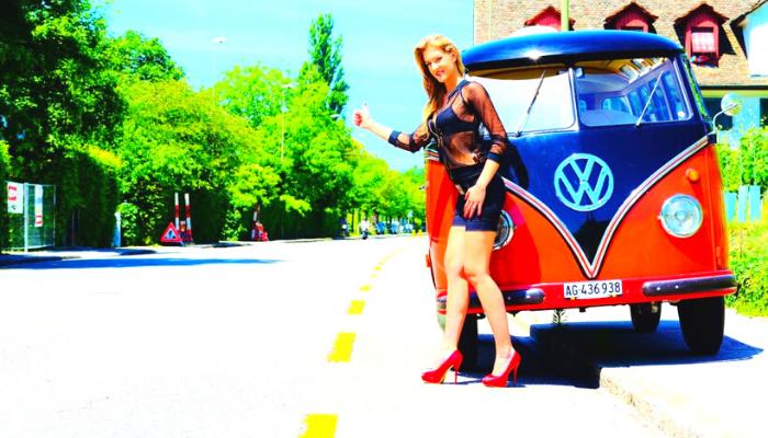 donna sexy che fa l'autostop