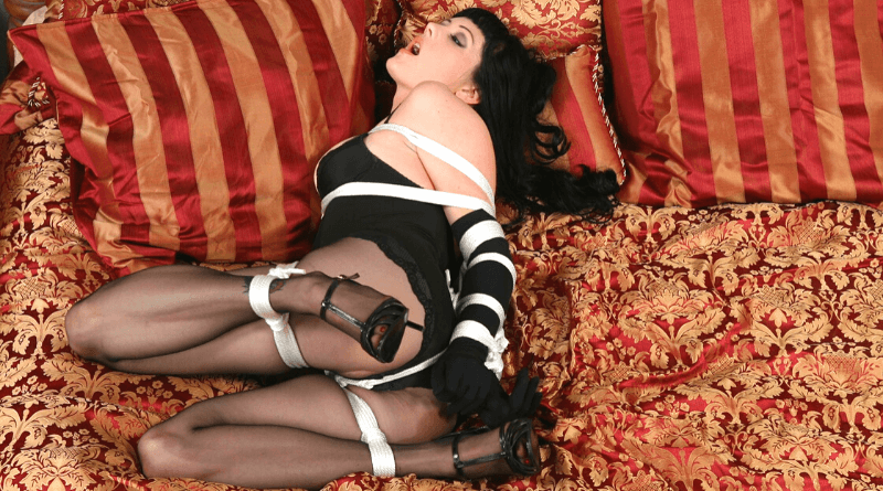 donna in lingerie legata con corda bianca