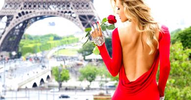 donna in abito elegante rosso con in mano una rosa