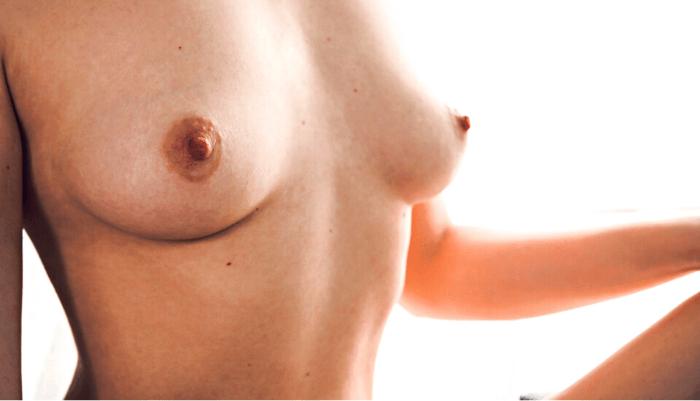 busto di donna nudo con seno in evidenza