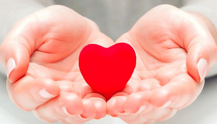 come lasciare l'amante innamorato, mani con un cuore rosso al centro