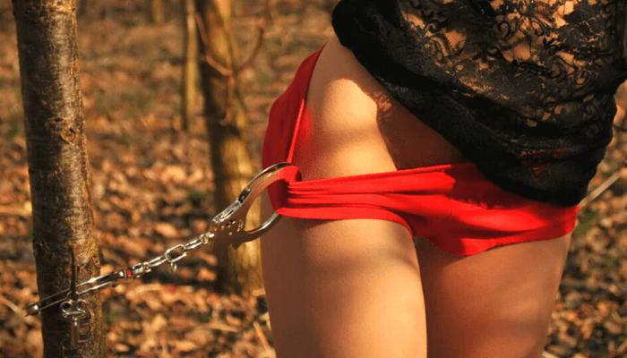 slave legato ad albero con manette